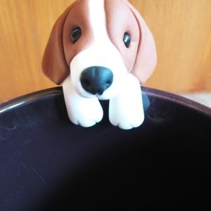 Beagle teafiltertartó, Konyhafelszerelés, Otthon & lakás, Gyurma, Beagle kutyus teafiltertartó.\n\nFelkapaszkodik a bögrédre és segít abban,hogy ne csússzon bele a forr..., Meska