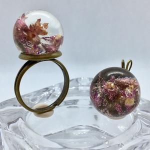 Pink virágos műgyanta gyűrű+medál szett/antikolt réz, Ékszer, Ékszerszett, Gyűrű, Medál, Ékszerkészítés, Pici gyanta gömbben pink virágok.Gömb:1.5 cm\nGyűrű állítható.\nAntikolt réz medál és gyűrű alapon.\n\n..., Meska