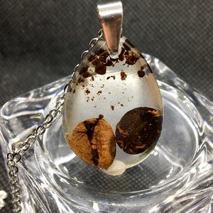 Kávé szemek (2)-csepp műgyanta medál,nyaklánccal, Ékszer, Medál, Nyaklánc, Ékszerkészítés, Kávé kedvelőknek  \nVíztiszta epoxi gyantába zártam kávészemeket.Csepp alakú medál.Rozsdamentes acél ..., Meska