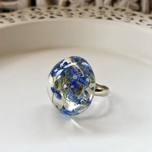 Kék nefelejcsek gyűrű-műgyanta,nikkelmentes,állítható méret, Ékszer, Gyűrű, Ékszerkészítés, Kék nefelejcseket zártam víztiszta epoxi gyantába,félgömb formában.\nNikkelmentes,állítható méretű gy..., Meska