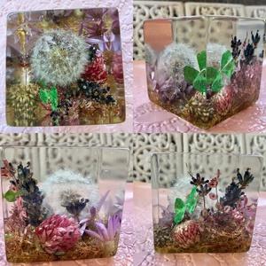 Mini kert-műgyanta kocka asztali dísz, Asztaldísz, Dekoráció, Otthon & Lakás, Ékszerkészítés, 5x5x5 cm-es kocka.\nTelis-tele virágokkal.Zuzmó,levendula,lóhere,pitypang,pink virágok...\nEpoxi gyant..., Meska