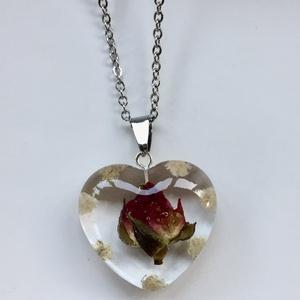 Rózsa-fehér rezgővel,szivecske-műgyanta medál,1., Ékszer, Nyaklánc, Medál, Ékszerkészítés, 3.1x2.8 cm-es szivecske medál epoxi gyanta medál.\nBenne 1 vörös mini rózsa,fehér rezgő virágokkal.\n\n..., Meska