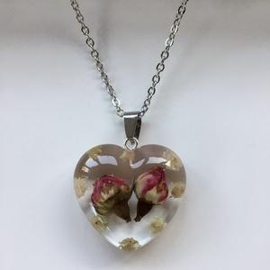 Rózsa-fehér rezgővel,szivecske-műgyanta medál,2., Ékszer, Nyaklánc, Medál, Ékszerkészítés, 3.1x2.8 cm-es szivecske medál epoxi gyanta medál.\nBenne 2 vörös mini rózsa,fehér rezgő virágokkal.\n\n..., Meska