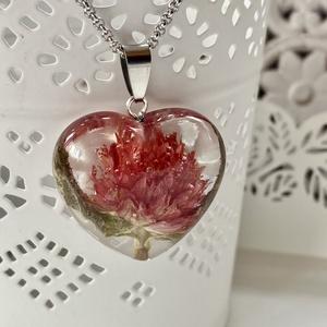 Bíborka szív-műgyanta medál, Ékszer, Nyaklánc, Medál, Ékszerkészítés, Szív alakú formába Bíborka virágot zártam epoxi gyantába.\n\nMedál:2.9x3.1 cm\nNemesacél nyakláncon/50 ..., Meska