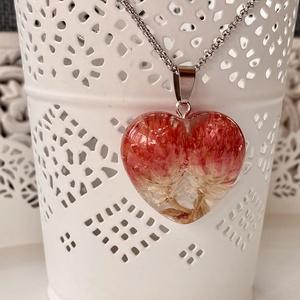 Bíborka(kettesben)szív-műgyanta medál, Ékszer, Nyaklánc, Medál, Ékszerkészítés, Szív alakú formába 2 db Bíborka virágot zártam epoxi gyantába.\n\nMedál:2.9x3.1 cm\nNemesacél nyaklánco..., Meska