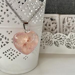 Rózsaszín mini hortenzia szív-műgyanta medál, Ékszer, Nyaklánc, Medál, Ékszerkészítés, Szív alakú formába rózsaszín mini hortenziát és csillámport zártam epoxi gyantába.\n\nMedál:2.9x3.1 cm..., Meska