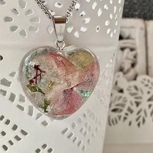 Rózsaszín,zöld mini hortenzia szív-műgyanta medál, Ékszer, Nyaklánc, Medál, Ékszerkészítés, Szív alakú formába rózsaszín és zöld mini hortenziát és csillámport zártam epoxi gyantába.\n\nMedál:2...., Meska
