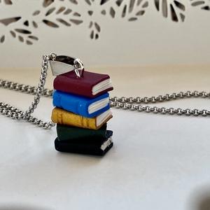 Könyvek medál/polymer clay/-nemesacél láncon, Ékszer, Nyaklánc, Medálos nyaklánc, Gyurma, 5 db mini könyv nemesacél láncon.\n\nKönyvek:kb.2x3 cm\nLánc:50 cm\n, Meska