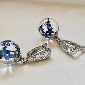 Kék nefelejcs,gömb-műgyanta,ezüst fülbevaló, Ékszer, Fülbevaló, Lógó fülbevaló, Ékszerkészítés, 1.4 cm átmérőjű epoxi gyanta gömbbe zártam kék nefelejcseket.\nBiztonsági záras ezüst/925 fülbevaló a..., Meska