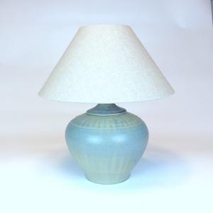 Asztali lámpa 30cm x 38cm - Kerámia asztali lámpa, Dekoráció, Otthon & lakás, Ünnepi dekoráció, Bútor, Esküvő, Kerámia, Kőcserépből készült kerámia testű asztali lámpa. Kézzel korongozott, figurális frízzel díszített. Ké..., Meska