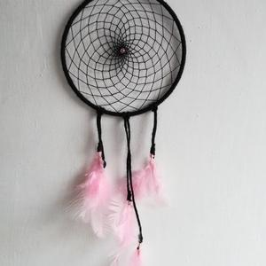 Álomfogó, fekete - rózsaszín, Otthon & lakás, Dekoráció, Fonás (csuhé, gyékény, stb.), Az álomfogó 15 cm-es karikára készült, teljes hossza kb. 40 cm akasztó nélkül. Fonással, gyöngyökkel..., Meska
