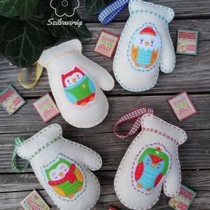 Karácsonyfadísz filc kesztyű, Otthon & Lakás, Karácsony & Mikulás, Karácsonyfadísz, Varrás, Krém színű, 8 cm-es kesztyű alakú gyapjúfilc díszek, vidám téli baglyokkal az egyik oldalon.\nA szett..., Meska