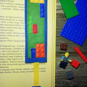 Lego mintás könyvjelző, Otthon & Lakás, Papír írószer, Könyvjelző, Varrás, Aprólékos, lego mintából összerakott fiús könyvjelző.\nMérete 5*17 cm, plusz a szalag.\n\nIdeális ovis ..., Meska