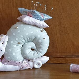 Tavaszi gyöngyös csiga, romantikus textil csiga, textil dekoráció, szürke-rózsaszín tűpárna, illatpárna - Meska.hu