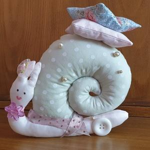Tavaszi gyöngyös csiga, romantikus textil csiga, textil dekoráció, szürke-rózsaszín tűpárna, illatpárna, Otthon & Lakás, Dekoráció, Dísztárgy, Varrás, Gyöngyfűzés, gyöngyhímzés, Ezt a romantikus, világos pasztell színű textil csigát rózsaszín és szürke pöttyös anyagból varrtam,..., Meska