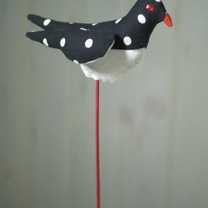 Sokoldalú tavaszi madárka, színes madár, textil madár, madár alakú illatpárna, textil dekoráció anyák napjára, Otthon & Lakás, Dekoráció, Dísztárgy, Varrás, Gyöngyfűzés, gyöngyhímzés, Ezt a mintás madárkát sokféleképpen használhatod. Hosszú festett hurkapálca-lábon áll, beszúrhatod t..., Meska