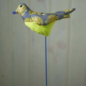 Sokoldalú tavaszi madárka, színes textil madár, madár alakú illatpárna, húsvéti dekoráció, Otthon & Lakás, Dekoráció, Dísztárgy, Gyöngyfűzés, gyöngyhímzés, Varrás, Ezt a mintás madárkát sokféleképpen használhatod. Hosszú festett hurkapálca-lábon áll, beszúrhatod t..., Meska