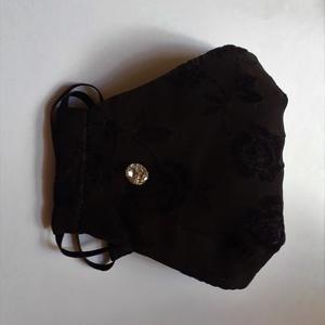 Fekete swarovski köves alkalmi maszk, csipkemintás fekete elegáns maszk, köves maszk, textil maszk, Maszk, Arcmaszk, Még koránt sincs vége a maszkszezonnak! Akkor miért ne lenne egy ilyen gyönyörű darabod? Dobd fel a ..., Meska