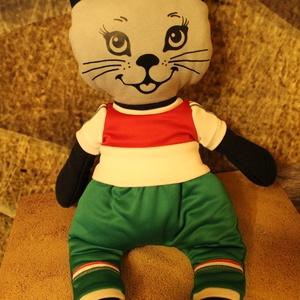 Bagira -öltöztethető cica baba nemzeti mez ruha szettel együtt, Játék & Gyerek, Baba & babaház, Öltöztethető baba, 45 cm-es öltöztethető textil cica baba nemzeti mezben. Cica baba anyaga: 70% pamut-30% polyester, tö..., Meska