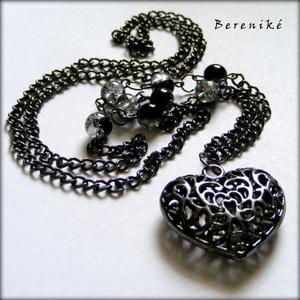 Fekete szívmedálos nyaklánc, Ékszer, Nyaklánc, Hosszú nyaklánc, Ékszerkészítés, Egyszerű, mégis nagyon dekoratív nyaklánc fekete nagy szemű láncból, fekete-átlátszó üveggyöngyökből..., Meska