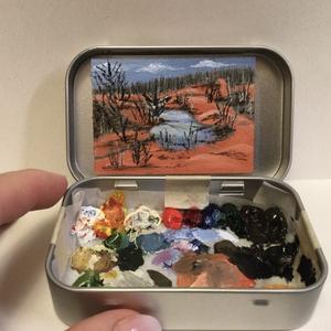 Gánti bauxitbánya, Művészet, Festmény, Olajfestmény, Ici-pici olajfestmény, falemezen, fém dobozkában. A festmény a kicsi dobozzal együtt, a megszáradt f..., Meska