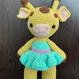 Zsirimiri, a zsiráflány, Játék & Gyerek, Plüssállat & Játékfigura, Zsiráf, Horgolás, Ez az aranyos kis zsiráflány tökéletes ajándék lehet egy kislánynak vagy akár egy zsiráffiú is kérhe..., Meska