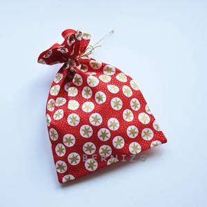 Piros csillagos ajándékzsák, Karácsonyi csomagolás, Karácsony & Mikulás, Otthon & Lakás, Varrás, Pamutvászonból készült zsák mikulásra, karácsonyra.\n\nMérete: 20x 25 cm, Meska