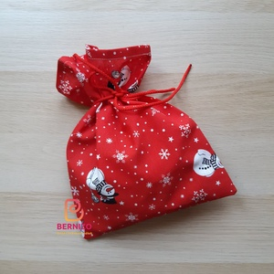 Hóemberes ajándékzsák, Karácsony & Mikulás, Karácsonyi csomagolás, Varrás, Mintás pamutvászonból készült zsák mikulásra, karácsonyra.\n\nMérete: 30 x 24 cm\n\nA kész terméken a mi..., Meska