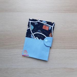 Sötétkék autós egészségügyi könyv borító 1, Otthon & Lakás, Ovi- és sulikezdés, Papír írószer, Könyv- és füzetborító, Praktikus darab, mely sokáig megvédi a Babád kiskönyvét a sérüléstől, elhasználódástól. Mintás pamut..., Meska