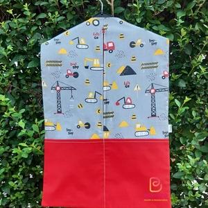 Piros munkagépes ovizsák , Ovi- és sulikezdés, Játék & Gyerek, Ovis zsák, Ovis zsák & Ovis szett, Mintás pamutvászonból készült ovizsák. Mindkét oldalán zseb található. Eleje zipzározható  Mérete :3..., Meska