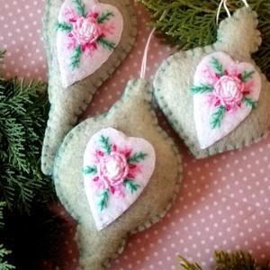 Karácsonyfadísz szett - romantikus vintage jegyében , Otthon & Lakás, Karácsony & Mikulás, Karácsonyfadísz, Hímzés, 3 db kiváló minőségű gyapjúfilcből készült egyedi, romantikus vintage stílust idéző, rokokó hímzésse..., Meska