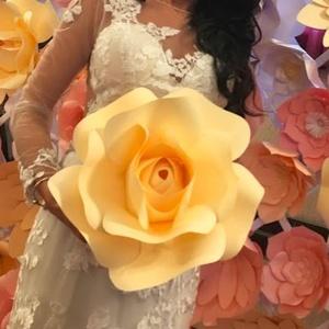 Óriás karton papír virág, Esküvő, Esküvői dekoráció, Gyerek & játék, Gyerekszoba, Papírművészet, Kb 30cm átmérőjű, 160g/m² vastagságú kartonból készült, kézzel kivágott szirmok ragasztópisztollyal ..., Meska