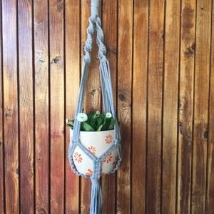 Makramé virágtartó, Otthon & Lakás, Dekoráció, Virágtartó, Világosszürke színű , 5 mm vastag zsinórfonalból készült makramé kaspó, fa karikára fogatva. Hossza:..., Meska