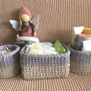 Baba váró szett, Játék & Gyerek, Babalátogató ajándékcsomag, 3 részes horgolt pelenkázó szett , natúr-halvány levendula színű. Pelenka tárolásra a fa alapú négyz..., Meska