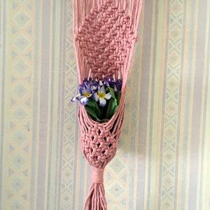 AKCIÓ Makramé virágtartó, Otthon & Lakás, Dekoráció, Virágtartó, Csomózás, Makramé technikával készített , falra függeszthető virág tartó. Színe világos lazac, de igény szerin..., Meska