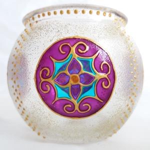 Mini gömböcske, Dekoráció, Otthon & lakás, Lakberendezés, Gyertya, mécses, gyertyatartó, Festett tárgyak, Gyertya-, mécseskészítés, Mini gömb mécses, mandala mintával. A minta egyedi, saját tervezésű.\n\nMéret: kb. 8cm\n\nSzínei: arany ..., Meska