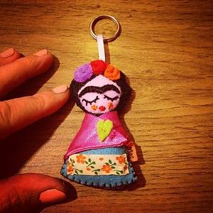 Fridás filc kulcstartó/táskadísz, Textil, Képzőművészet, Otthon & lakás, Egyéb, Kulcstartó, táskadísz, Táska, Divat & Szépség, Mindenmás, Varrás, Nagyon kedvelem Frida Kahlot,így filceléseimből sem hagyhattam ki.Teljes egészében kézzel készítette..., Meska