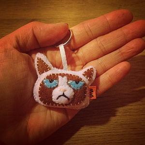 Grumpy Cat filc kulcstartó/táskadísz, Egyéb, Táska, Divat & Szépség, Kulcstartó, táskadísz, Egy igazi mém ez a macskosz és kedvelt figura,így jól mutat egy hátizsák díszeként,vagy kulcskarikán..., Meska