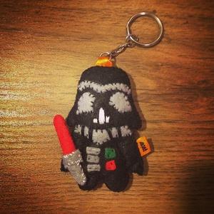 Darth Vader filc kulcstartó/táskadísz, Egyéb, Táska, Divat & Szépség, Kulcstartó, táskadísz, Táska, Begyűrűzött a Star Wars örület,aminek első darabja maga Darth Vader,de még több szereplő csatlakozik..., Meska