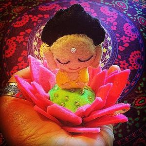 Filc kis Buddha lótuszvirágon, Festmény vegyes technika, Festmény, Művészet, Mindenmás, Varrás, Nagyszerű ajándék akár karácsonyra is ez a filc Buddhácska azoknak,akik spirituális beálítottságúak...., Meska