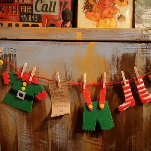 Adventi manófüzér , Karácsonyi dekoráció, Karácsony & Mikulás, Otthon & Lakás, Mindenmás, Ez a szupercuki Télapó manójának ruhácskáiból készült füzér,igazi meglepi lehet a gyerekek szobájána..., Meska