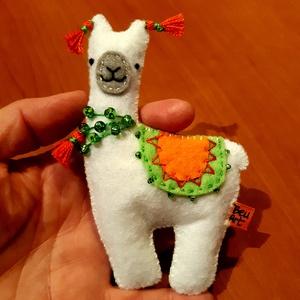 Cuki filc alpakka, Gyerek & játék, Játék, Játékfigura, Filc anyagból készítettem el ezt a cuki marokbaba alpakkát,amit szépen fel is díszítettem,hisz az él..., Meska