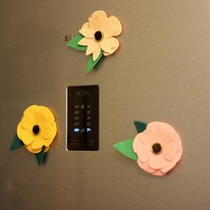Virág hűtőmágnes 3 db-os szett, Lakberendezés, Otthon & lakás, Konyhafelszerelés, Hűtőmágnes, Mindenmás, Filc virágokból készült hűtőmágnes szett, régi gombokkal a közepén.\nEgy virág mérete 10-13 cm...., Meska
