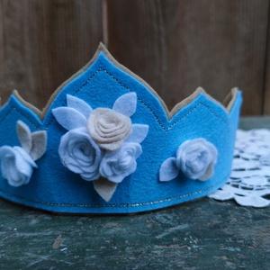 Filc korona kék virágos, Játék & Gyerek, Szerepjáték, Filcből készült korona, otthoni,vagy óvodai-iskolai felhasználásra is alkalmas lehet. A korona megkö..., Meska