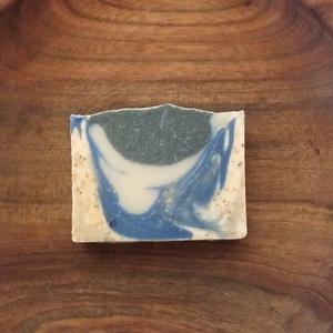 Vegán szenes és kék agyagos szappan, Táska, Divat & Szépség, Szépség(ápolás), Krém, szappan, dezodor, Natúrszappan, Növényi alapanyagú szappan, Szappankészítés, Alapvetően frissítő szappan, melyet zsírosabb és pattanásos bőrűeknek ajánlok. \n\nA kék agyag:\nTáplál..., Meska