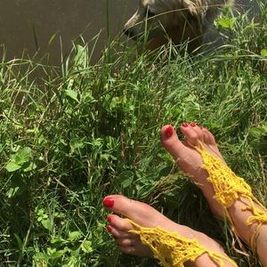 Horgolt sárga nyári lábdísz párban, Lábdísz & Lábgyűrű, Lábdísz & Testékszer, Ékszer, Horgolás, Pamutfonalból horgolt lábfejdísz, 8x8x8 cm a háromszög rész, 8 cm a lábujj hurok és 40 cm a bokapánt..., Meska