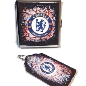 Chelsea foci rajongói sötétben fluoreszkáló fém cigaretta tárca és fa kulcstartó, Férfiaknak, Focirajongóknak, Egyéb, Kulcstartó, táskadísz, Táska, Divat & Szépség, Decoupage, transzfer és szalvétatechnika, Chelsea foci rajongói sötétben fluoreszkáló fém cigaretta tárca és fa kulcstartó. (5x9 cm)\n\nA termék..., Meska