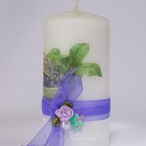 Levendulás dekor gyertya szalaggal, csipkével és szatén rózsával névnapra, szülinapra levelndulát kevelőnek. (Biborvarazs) - Meska.hu