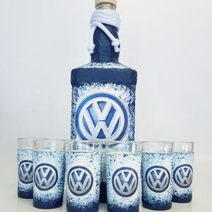 Volkswagen rajongóknak pálinkás dísz-és használati üveg röviditalos poharakkal , Férfiaknak, Sör, bor, pálinka, Otthon & lakás, Konyhafelszerelés, Legénylakás, Decoupage, transzfer és szalvétatechnika, Volkswagen rajongóknak dísz-és használati pálinkás üveg röviditalos poharakkal. (750 ml és 50 ml)\nAu..., Meska
