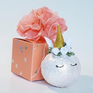 Fehér unikornis üveggömb, karácsonyfadísz, karácsonyi dekoráció díszdobozban., Karácsony & Mikulás, Karácsonyfadísz, Fehér unikornis üveggömb, karácsonyfadísz, karácsonyi dekoráció díszdobozban. A gömb átmérője: 6-8 c..., Meska
